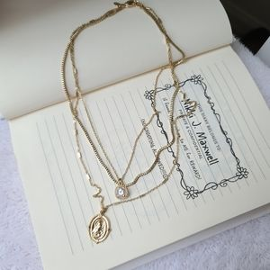 Multiple express golden necklace with medal